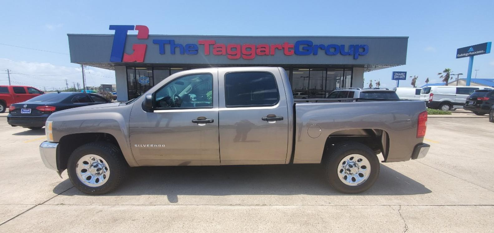 2013 GRAY CHEVROLET SILVERADO K1500 (3GCPKSE75DG) with an 8 engine, Automatic transmission, located at 1609 US Hwy 181, Portland, TX, 78374, (361) 643-6900, 27.890381, -97.313248 - Photo #0